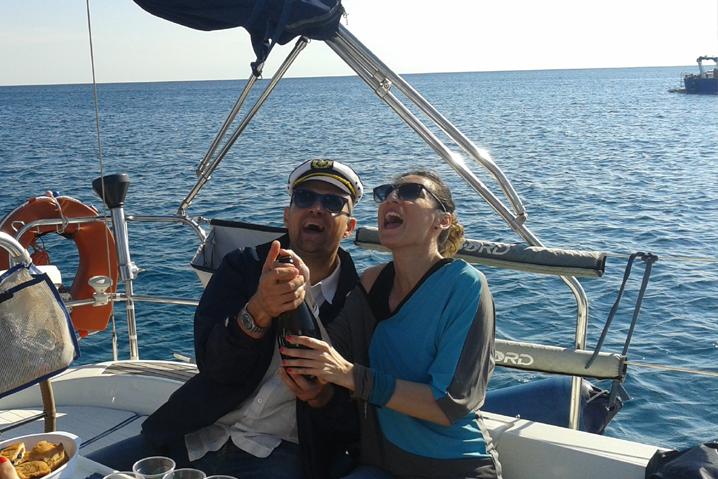 Si stappa lo spumante a bordo della Barca a VELA