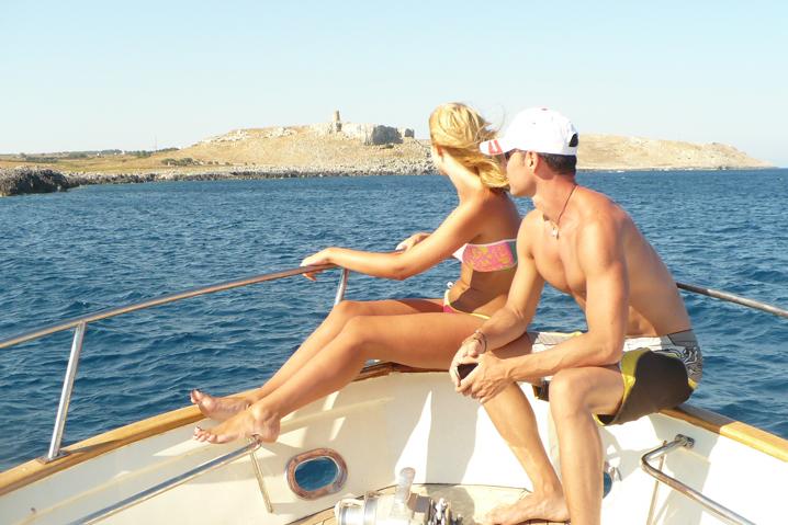godersi il sole sulla barca