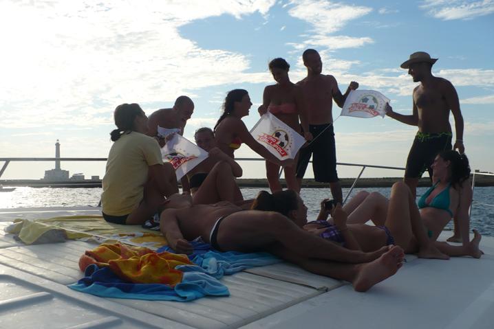 divertirsi con gli amici sulla barca