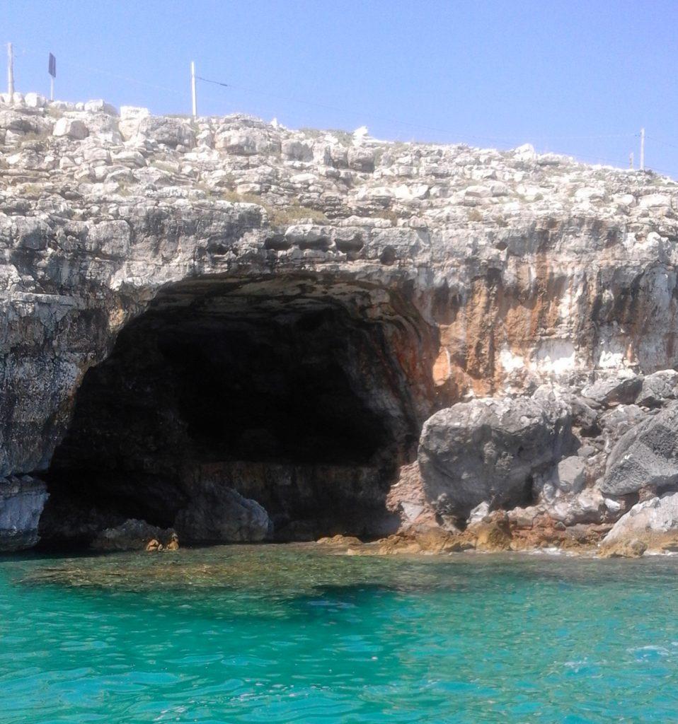 Una Grotta nel mare verde