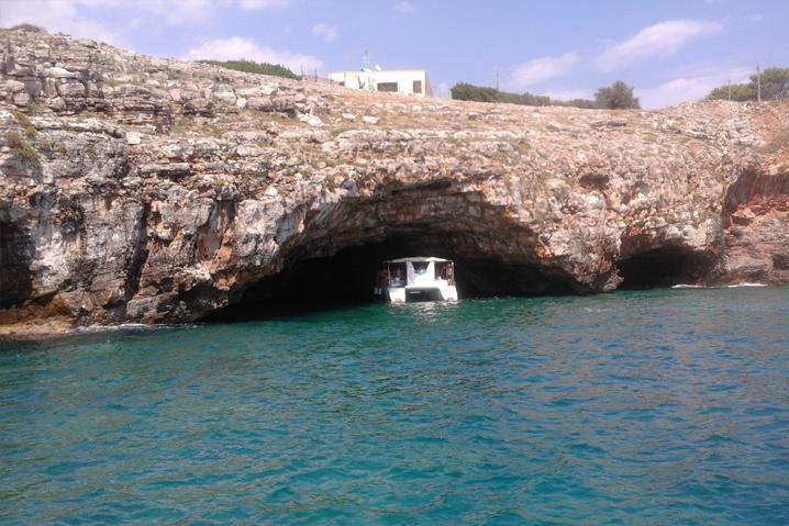 Il Catamarano entra nelle GROTTE