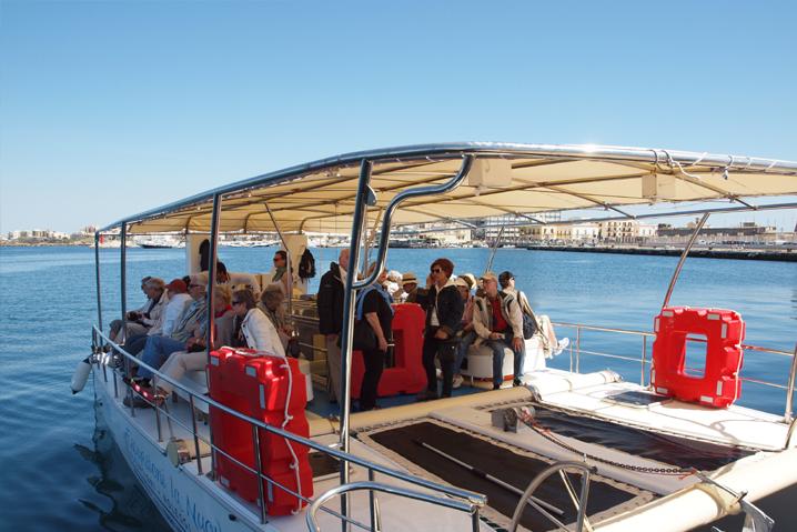 un gruppo si gode il tourt sulla barca