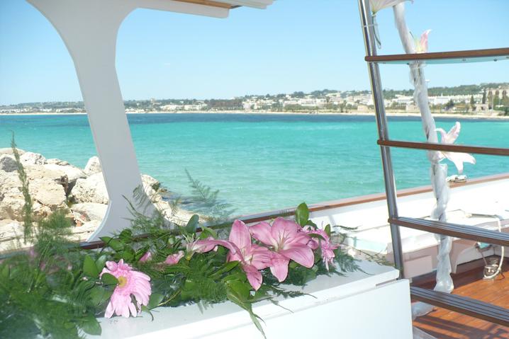 Fiori rosa sulla barca