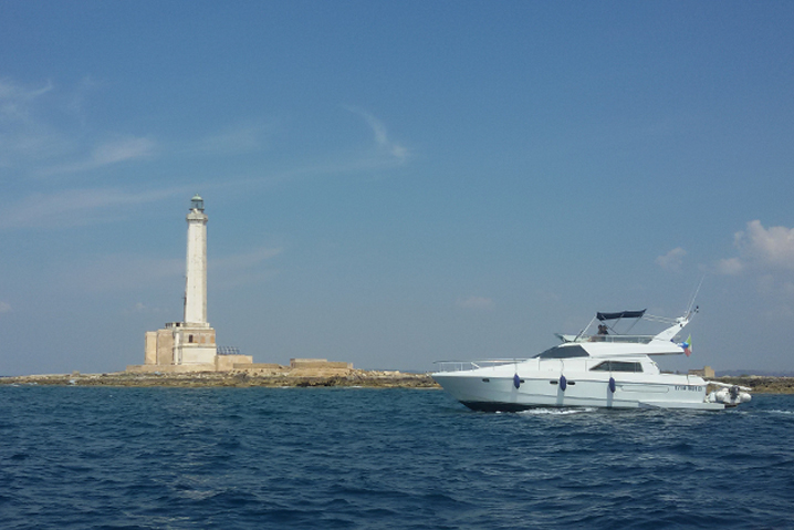 Yacht e faro di Sant'Andrea
